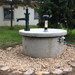 Studna s ruční pumpou
